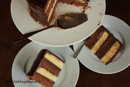 Raidallinen suklaakakku