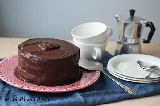Mustaherukkainen suklaakakku