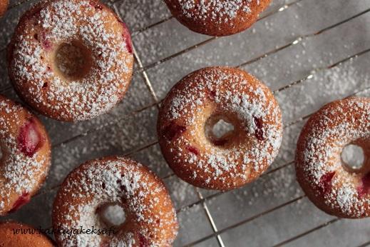 Mansikkaiset donitsit