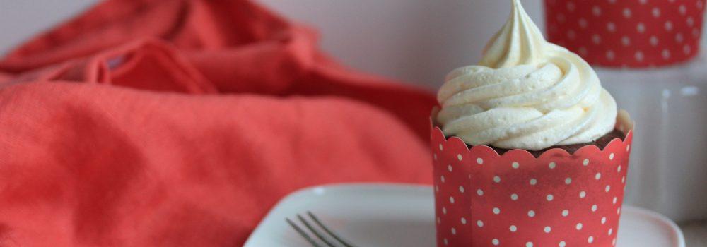 Suklaakuppikakut vaahtokarkkikuorrutuksella